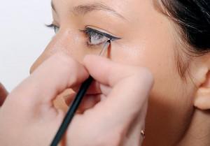 Как рисовать стрелки на глазах: тени для глаз
